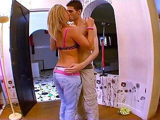 6:18 - Jeune blonde tres salope baise facile avec le premier venu !!! -