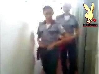 1:31 - Mujeres Policias Uniformadas y echando desmadre mostrando tanga -